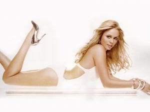 Laura-Vandervoort-hot pics imagrs photos